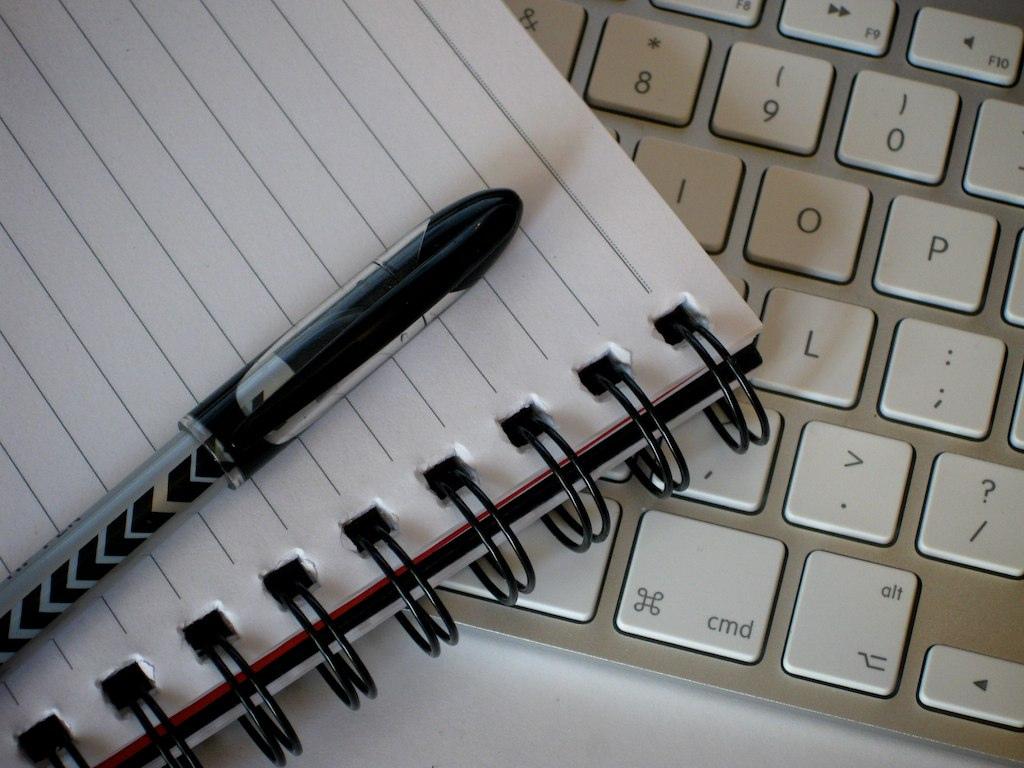 écrire un titre avec son clavier ou du papier
